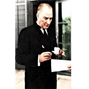Elinde Fincanla Atatürk Posteri