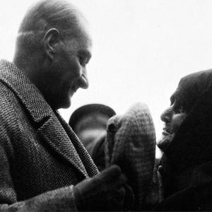 Halkla Konuşurken Atatürk Posteri