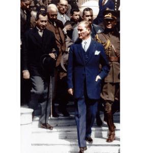 Meclis Önünde Atatürk Posteri